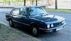 BMW E28 Facelift blau am Straßenrand