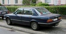 BMW E28 Facelift blau mit AHK