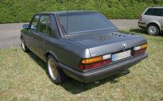 BMW E28 520i Facelift mit goldenen Felgen